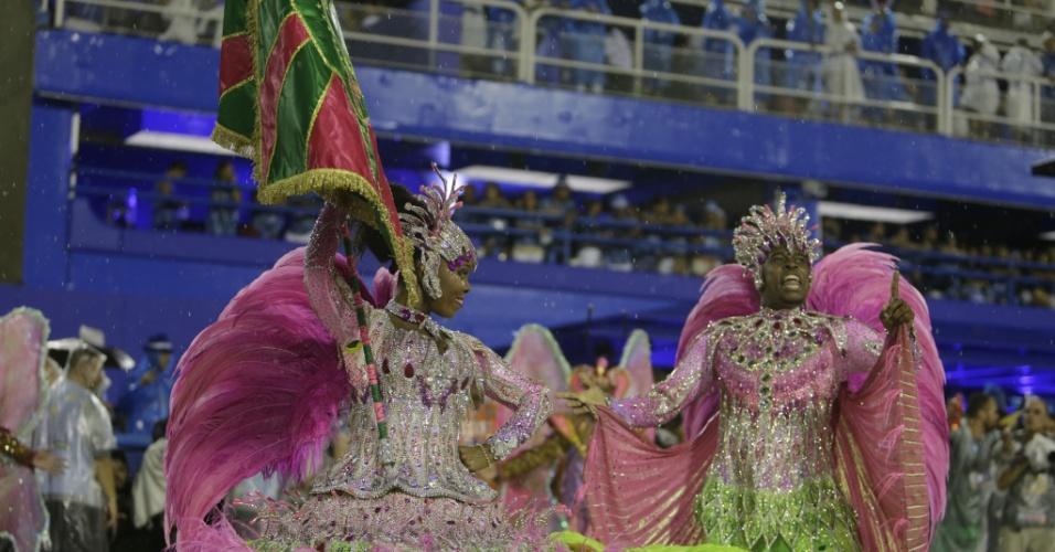 16.fev.2015 - Casal de mestre-sala e porta-bandeira da Mangueira Raphael e Squel