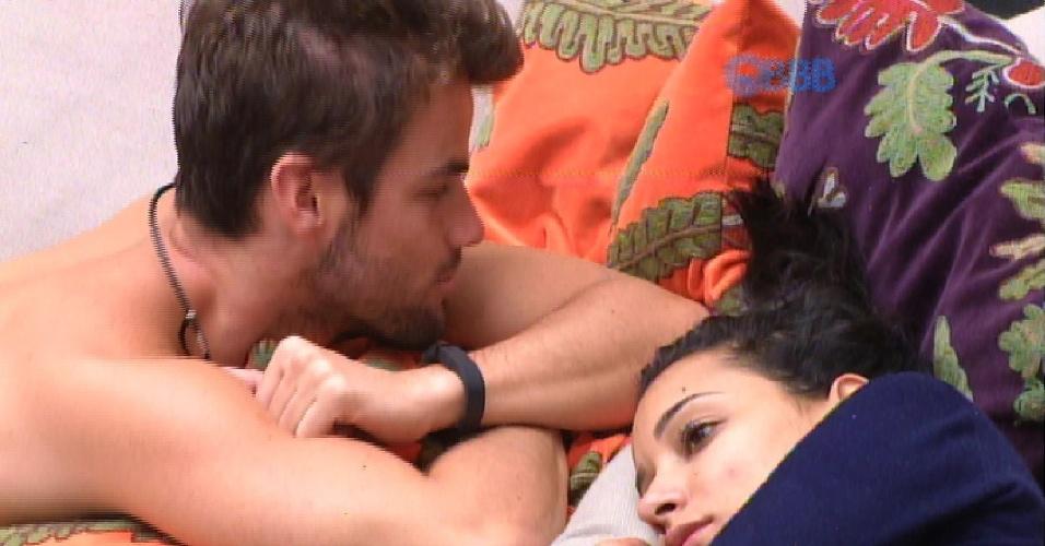 """16.fev.2015 - Deitados no sofá da sala do """"BBB15"""", na tarde desta segunda-feira, Talita e Rafael conversam sobre o futuro do relacionamento"""