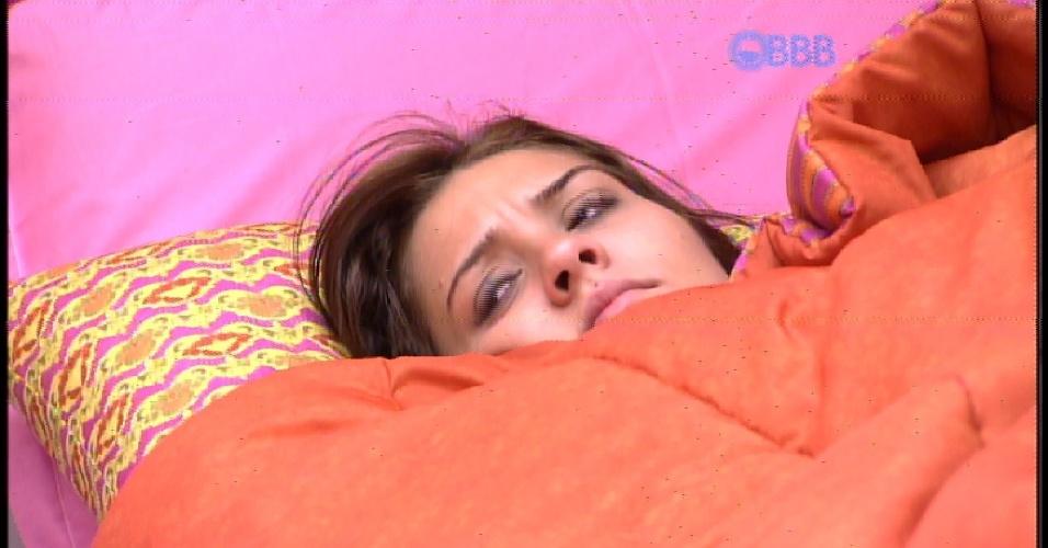 """16.fev.2015 - Depois de acordar, Tamires lembra da """"aventura"""" da madrugada, quando ela, Amanda, Rafael, Talita, Luan e Angélica foram comer torradas feitas com o pão """"roubado"""""""