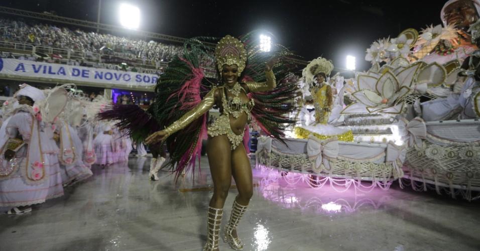 16.fev.2015 - Destaque da Mangueira samba e canta durante desfile na Sapucaí