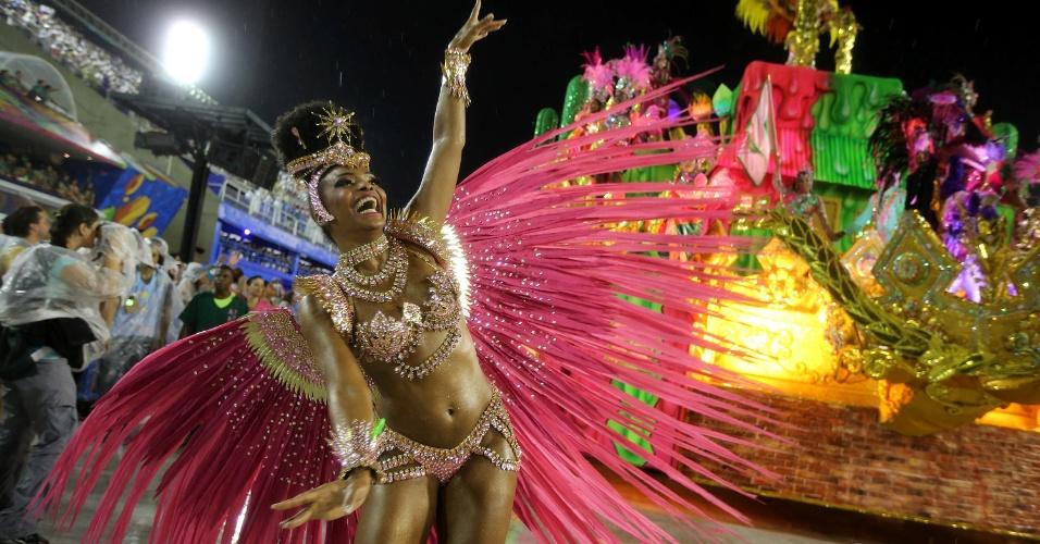 16.fev.2015 - Destaque da Mangueira samba e canta samba-enredo da escola