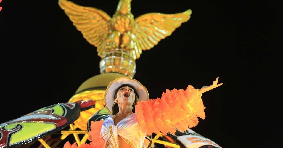 16.fev.2015 - Destaque de carro alegórico canta durante desfile da São Clemente
