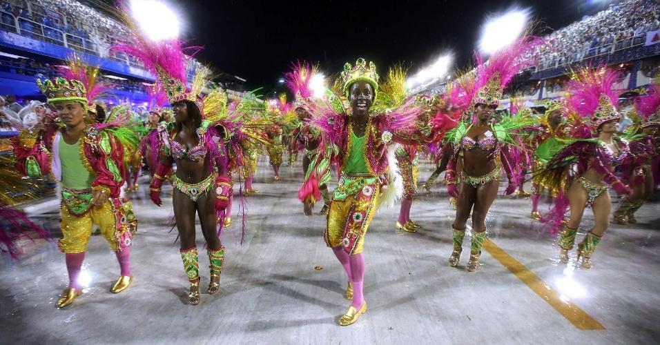 16.fev.2015 - Destaques da Mangueira cantam e sambam durante desfile da Escola