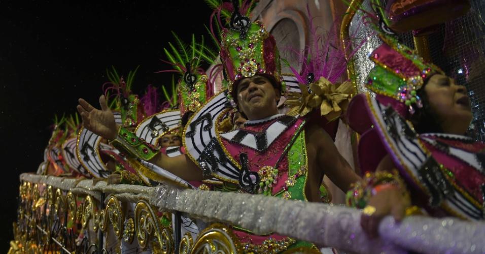 16.fev.2015 - Destsaques de um dos carros alegóricos da Mangueira, durante desfile na Marquês de Sapucaí