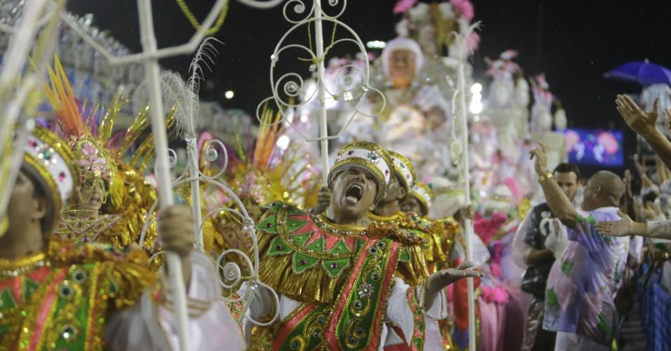 16.fev.2015 - Detalhe de alegoria da Mangueira durante desfile na noite de domingo (15) na Sapucaí