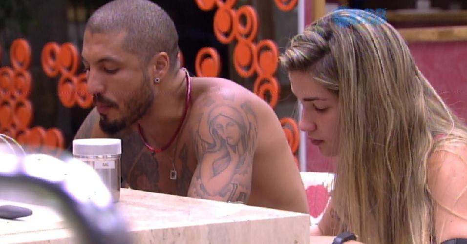 16.fev.2015 - Em conversa com Aline na cozinha, Fernando critica Cézar