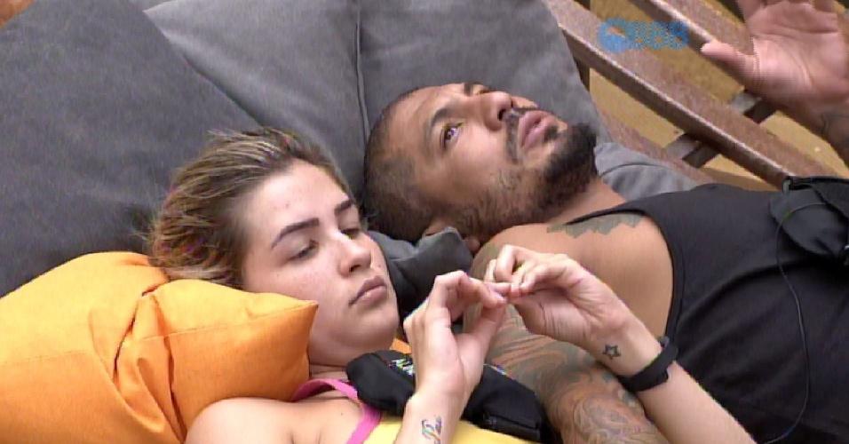 16.fev.2015 - Enquanto descansa com Aline na área externa da casa, na tarde desta segunda-feira, Fernando compara a namorada com outra emparedada da semana, Amanda