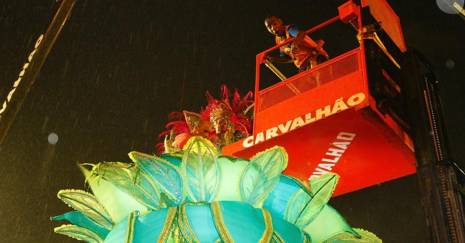 16.fev.2015 - Equipe da harmonia da Mangueira utiliza caminhão para descer destaques mais jovens e mais idosos de carro alegórico