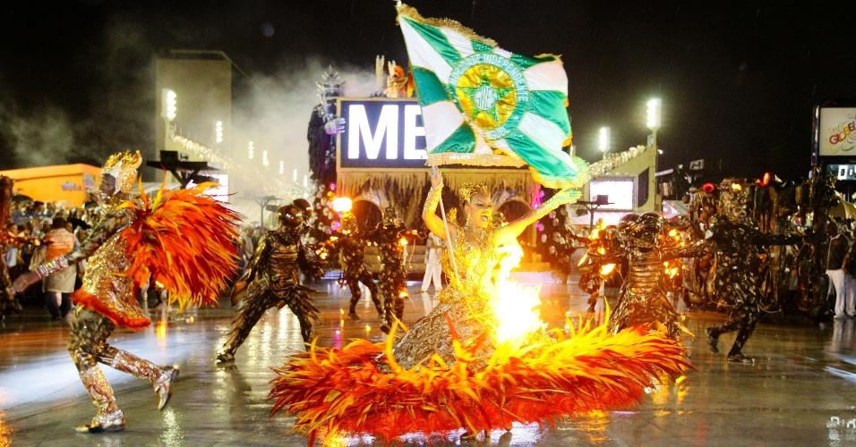 16.fev.2015 - Fantasia da porta-bandeira pega fogo graças a efeitos especiais da apresentação