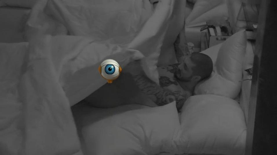 16.fev.2015 - Fernando se descuida e mostra tudo novamente no final da madrugada desta segunda-feira