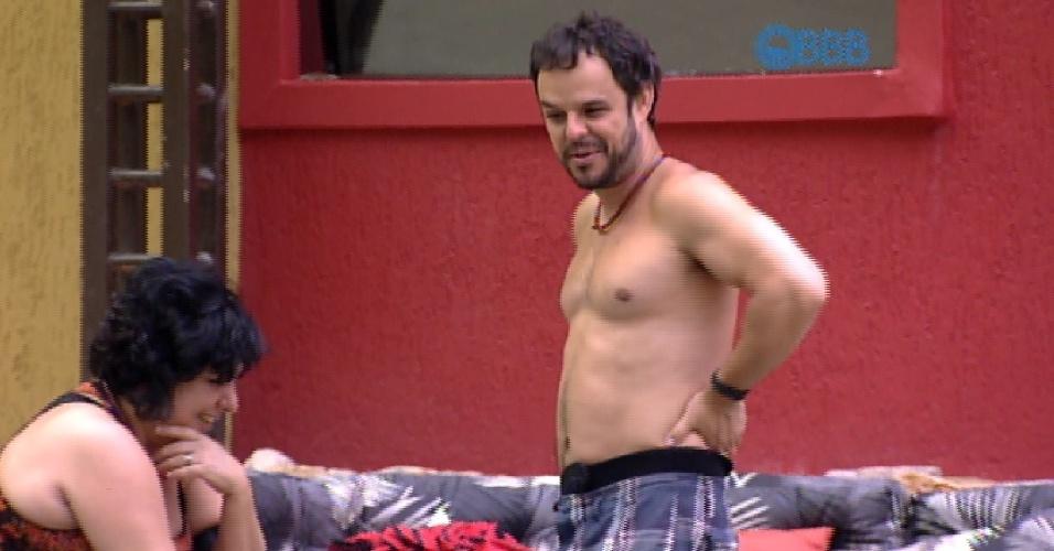 """16.fev.2015 - Inocente, Adrilles pergunta para Mariza: """"Acho que ninguém transou aqui neste """"BBB"""", né?"""