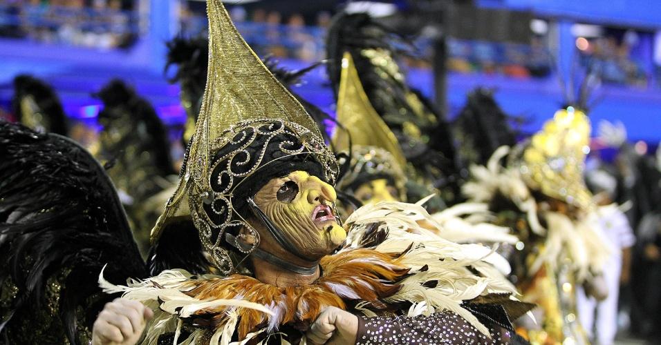 16.fev.2015 - Integrante da comissão de frente da São Clemente; escola abriu a segunda noite de desfiles na Sapucaí