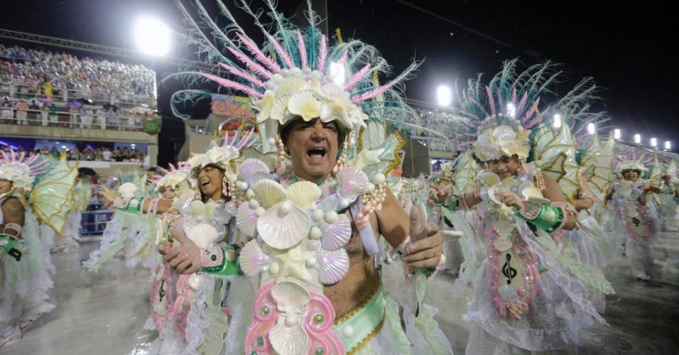 16.fev.2015 - Integrante da Mangueira canta o sambrante desfile na Sapucaí