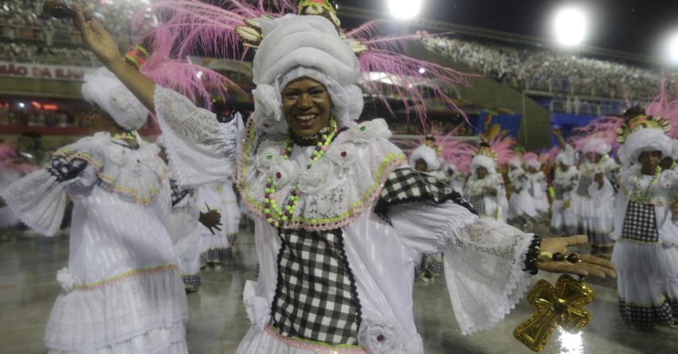 16.fev.2015 - Integrante da Mangueira desfila pela Sapucaí e canta samba-enredo da escola