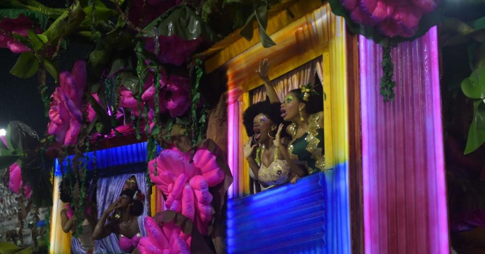 16.fev.2015 - Integrantes da comissão de frente da Mangueira fazem homenagem às mulheres durante desfile da escola