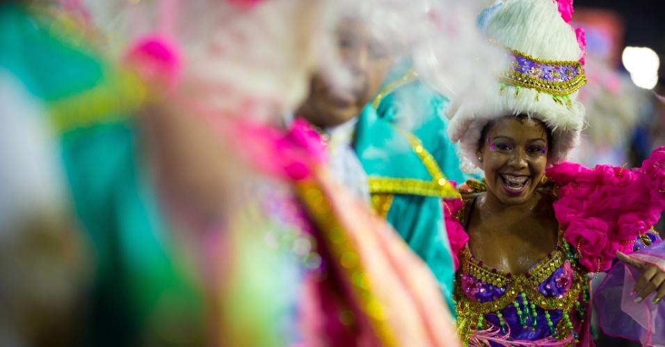 16.fev.2015 - Integrantes da escola de samba Mangueira desfilam em ala que lembra Xica da Silva
