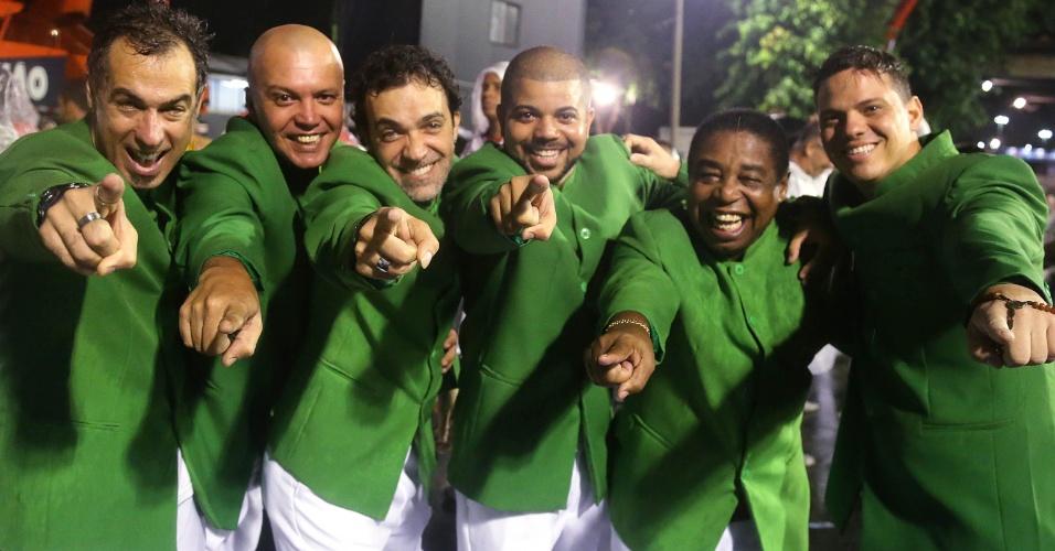 16.fev.2015 - Integrantes da Mangueira comemoram o final do desfile