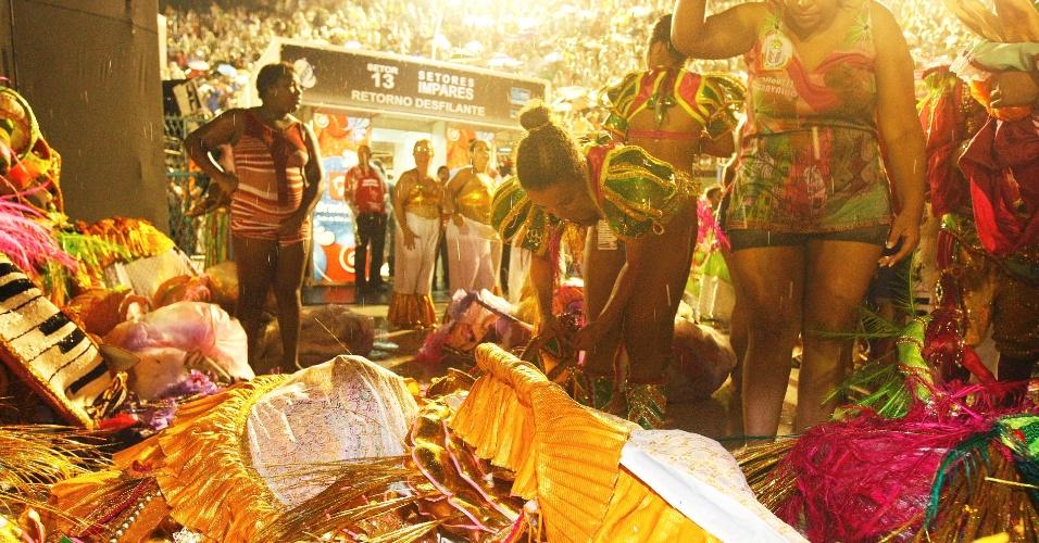 16.fev.2015 - Integrantes da Mangueira se desfazem de suas fantasias molhadas após o final do desfile