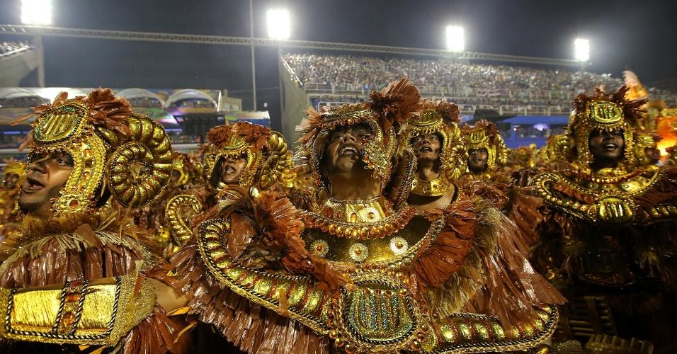 16.fev.2015 - Integrantes de ala da Unidos de Vila Isabel durante o desfile na Sapucaí