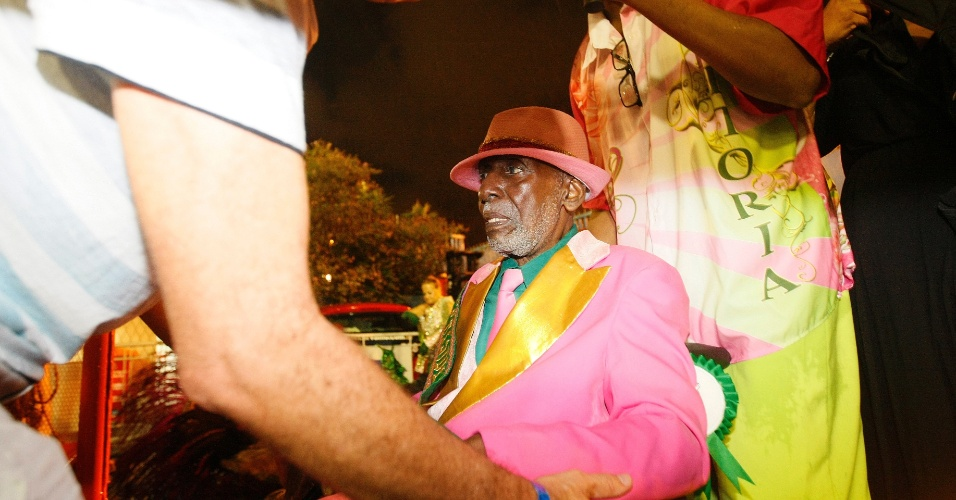 16.fev.2015 - Integrantes mais idosos da Mangueira precisaram de ajuda para descer dos carros alegóricos após o final do desfile