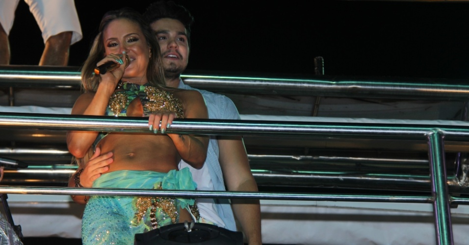 16.fev.2015 - Luan Santana é a atração do trio elétrico de Claudia Leitte nesta segunda-feira de Carnaval