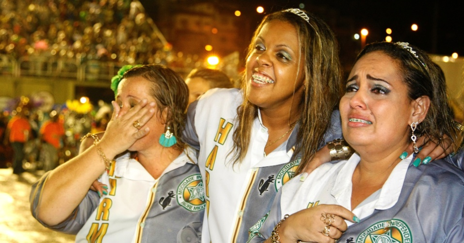 16.fev.2015 - Na dispersão, integrantes se emocionam e celebram desfile da Mocidade