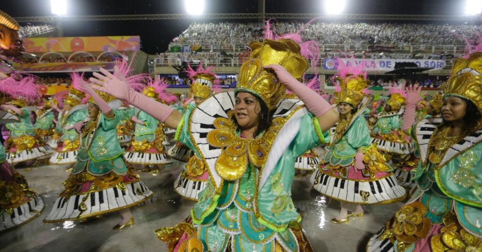 16.fev.2015 - O Desfile da Mangueira aconteceu no final da noite de domingo (15), na Sapucaí