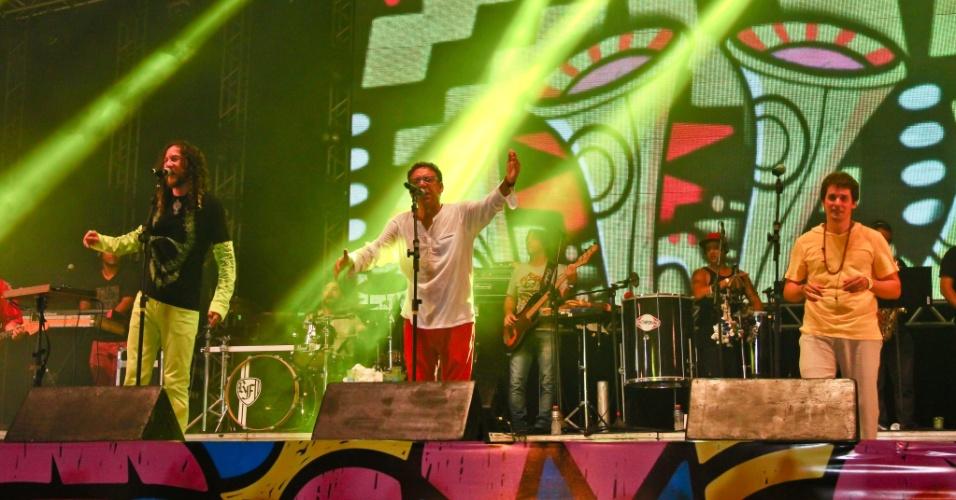 16.fev.2015 - O palco do Marco Zero recebeu o show com os artistas Silvério Pessoa, Lula Queiroga e Tibério Azul