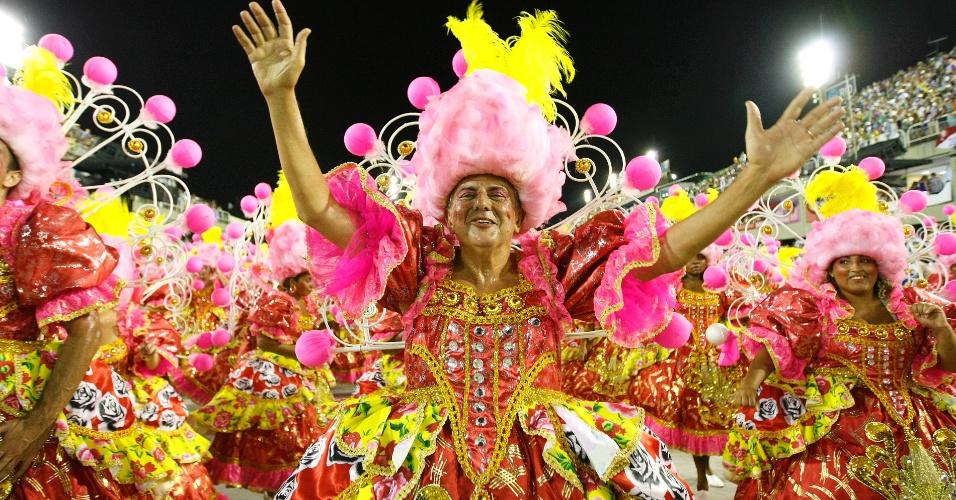 16.fev.2015 - O samba-enredo conta a história de Fernando Pamplona, carnavalesco que foi o primeiro carnavalesco a homenagear um negro na Sapucaí, em 1960