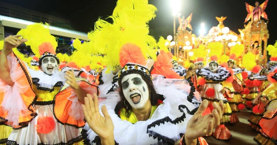 16.fev.2015 - O samba-enredo conta a história de Fernando Pamplona, carnavalesco que foi o primeiro carnavalesco a homenagear um negro na Sapucaí, em 1960.