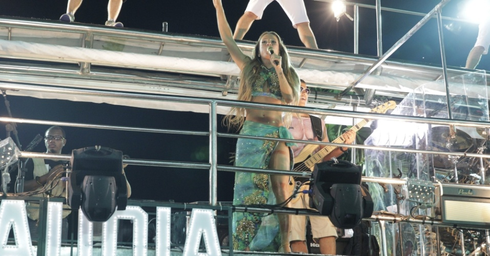 16.fev.2015 - O trio Largadinho, de Claudia Leitte, começou com uma hora de atraso em Salvador