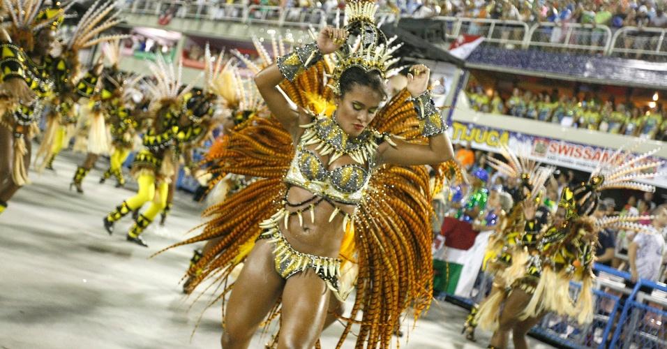 16.fev.2015 - Passista dança durante desfile da São Clemente