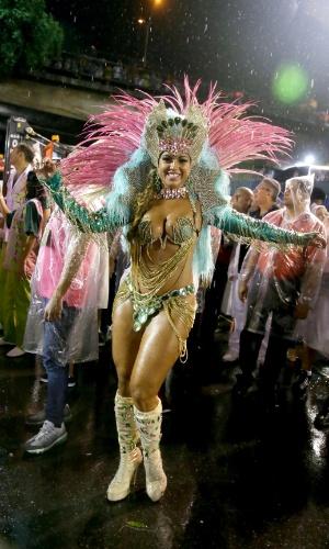16.fev.2015 - Passista exibe boa forma durante desfile da Mangueira na noite de domingo na Sapucaí