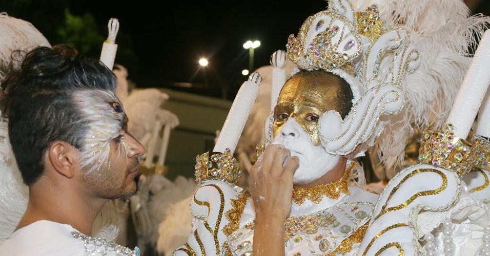 16.fev.2015 - Passista recebe maquiagem antes de entrar na avenida