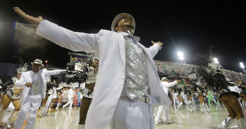 16.fev.2015 - Passistas desfilam na Mocidade Independente de Padre Miguel