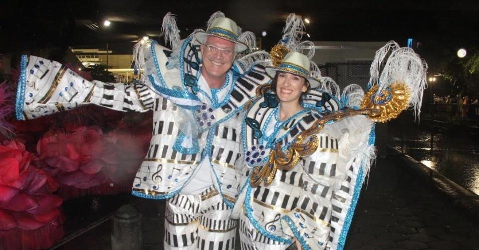 16.fev.2015 - Pedro Bial e a namorada Maria Prata mostram as fantasias que usaram em uma das alas do desfile da Vila Isabel, no Rio de Janeiro