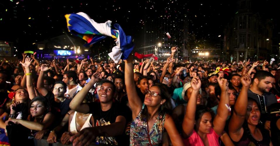16.fev.2015 - Público acompanha os shows deste sábado (15) no Marco Zero, em Recife