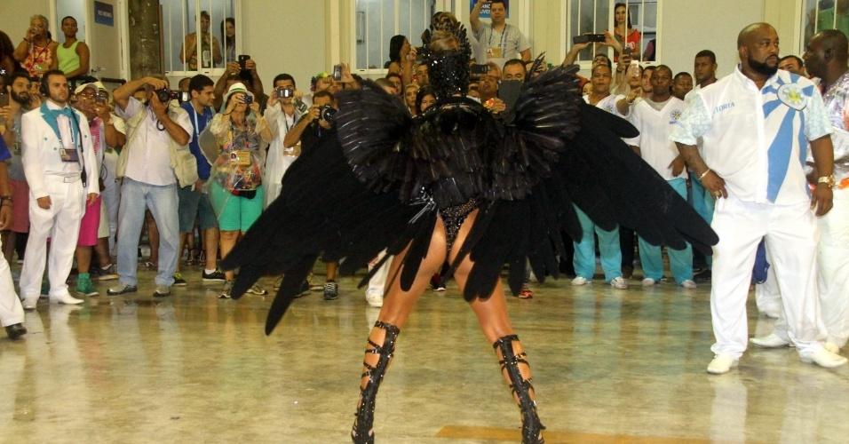 16.fev.2015 - Sabrina Sato, rainha da bateria da Vila Isabel, brilha com fantasia de Cisne Negro