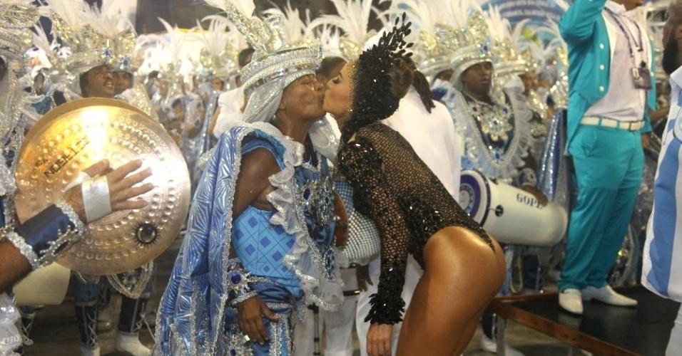 16.fev.2015 - Sabrina Sato, rainha de bateria, troca selinho com a cantora Mart'nália durante o desfile da Unidos de Vila Isabel na madrugada desta segunda-feira