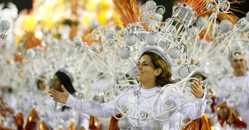 16.fev.2015 - Desfile da São Clemente abre a segunda noite na Sapucaí