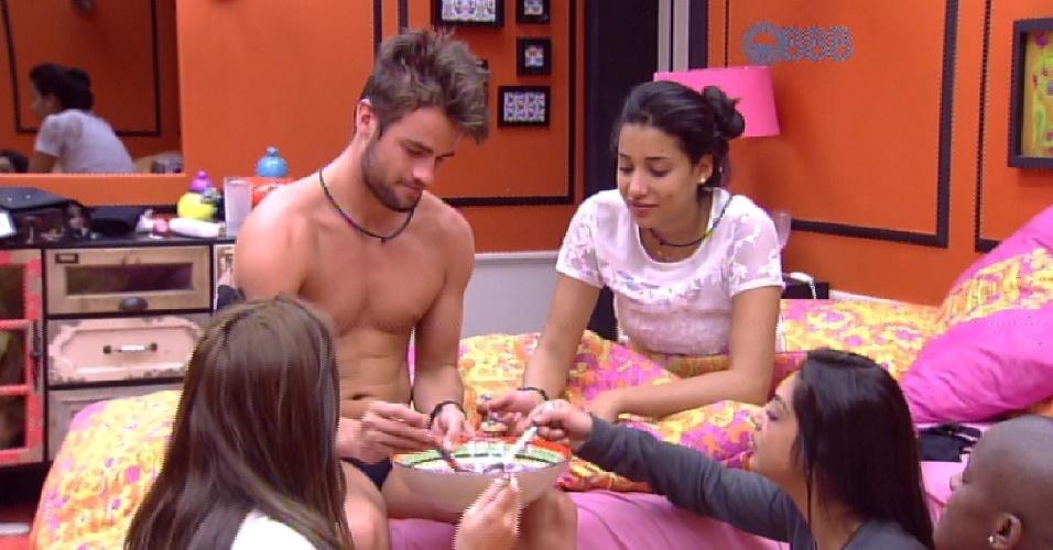 """16.fev.2015 - """"Vão fazer fertilização in vitro e já vão vir trigêmeos"""", avisa Angélica, sobre os futuros filhos do casal Rafael e Talita."""