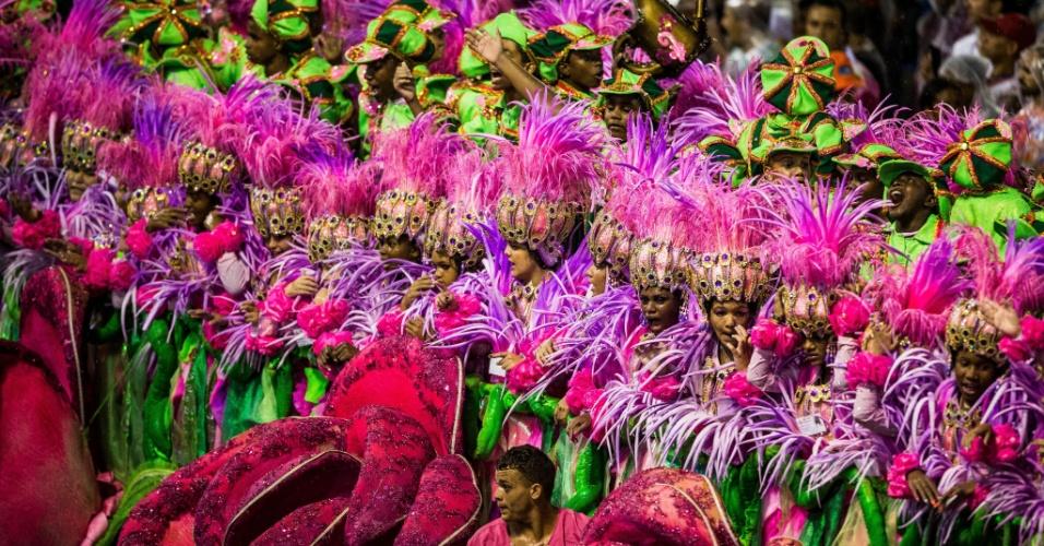 16.fev.2015 - Com muito verde e rosa, integrantes da Mangueira desfilam pela Sapucaí