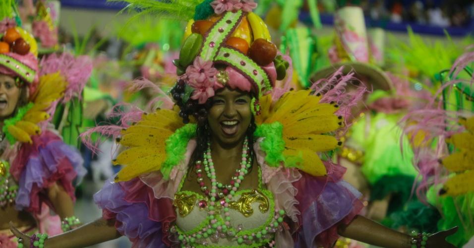 '6.fev.2015 - Integrante da Mangueira canta o samba-enredo da escola durtante o desfile na Sapucaí