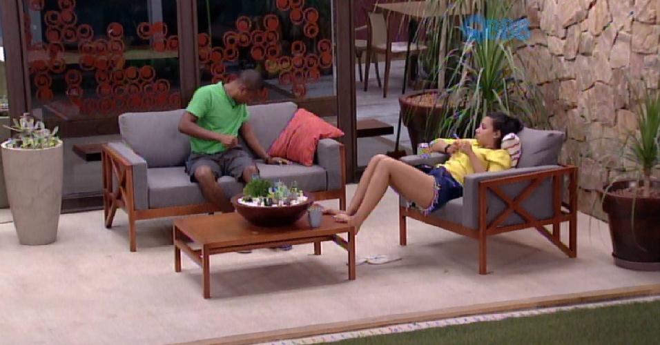 """14.fev.2015 - Luan e Talita ainda acordados conversam na sala externa da casa sobre o cotidiano da vida fora do """"BBB15"""""""