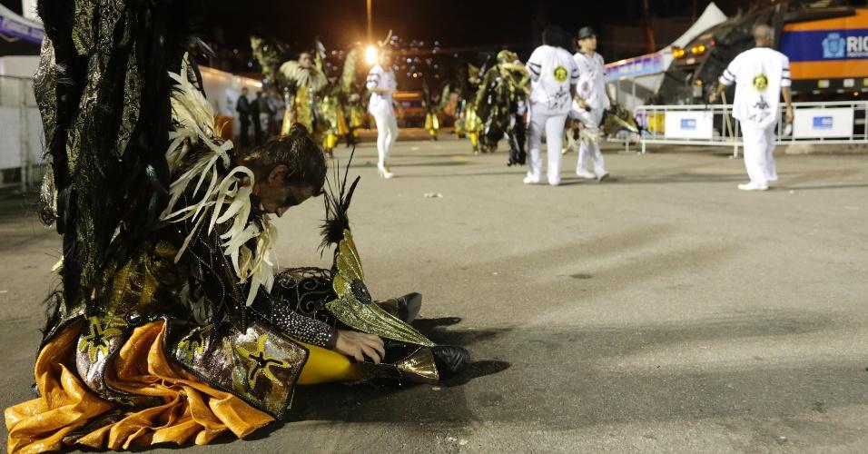 16.fev.2015 - Na dispersão, passista descansa após o desfile