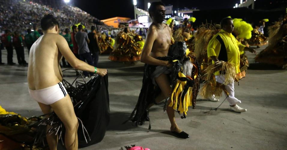 16.fev.2015 - Na dispersão, passistas tiram as fantasias após o desfile