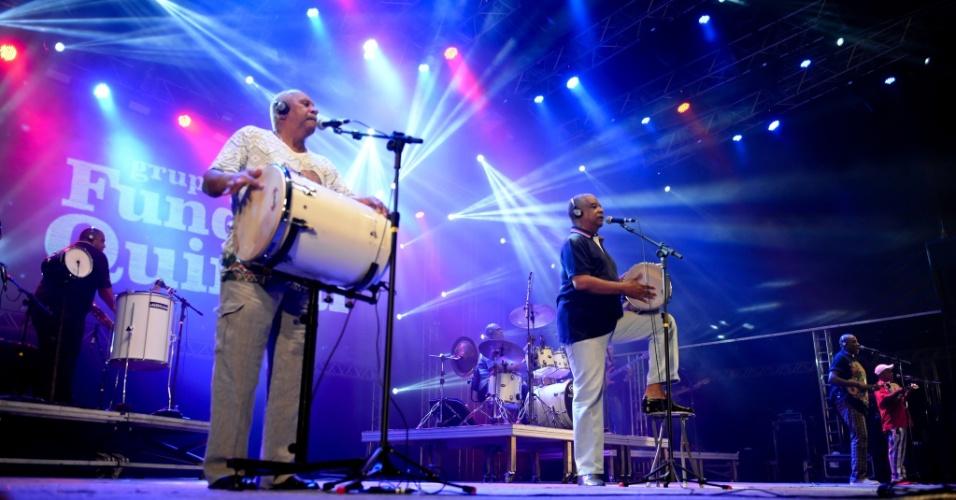 17.02.2015 - Grupo de samba Fundo de Quintal se apresentou sucessos da carreira em show na noite de segunda (16), no Marco Zero, no Recife Antigo