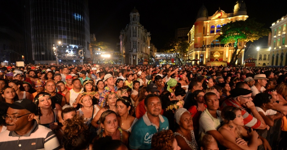 17.02.2015 - Público acompanha o show do grupo de samba Fundo de Quintal, que apresentou sucessos da carreira em show na noite de segunda (16), no Marco Zero, no Recife Antigo