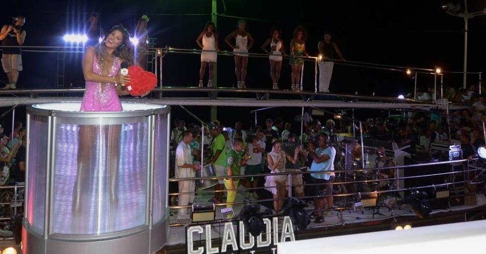 17.fev.2015 - A apresentadora Livia Andrade acompanha a apresentação de Claudia Leitte no trio Largadinho