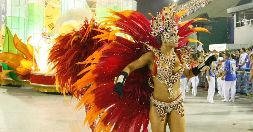 17.fev.2015 - A musa Dani Sperle desfilou como rainha do tempo. Sua fantasia, comprada em Dubai, custou R$ 60 mil e foi feita com penas de faisão.